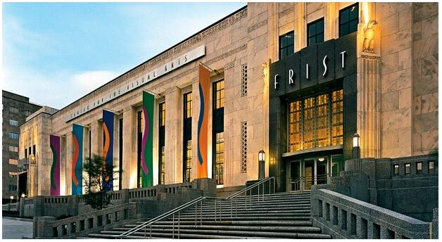 Entrance from Broadway to the Art Deco building of The Frist Art Museum